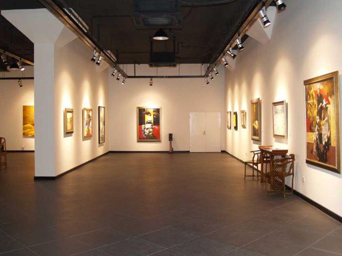 """画廊 北京比中国其他地方有更多的画廊,但现在不像以前那样,每周都有各种展览了。信息技术让所有领域都飞速改变,链接更紧密。艺术界也在迅速伸展。每个时区都在进行全球连线的艺术品交易。相应地,通过上门观展而售出的作品占比明显减少。 简而言之,画廊和美术馆里的艺术展览,是全球""""沃尔玛化""""和""""阿里巴巴化""""车轮碾轧的重点受难者。在像我这样的保守派还不能适应上网购买艺术品的时候,许多画廊老板已经承认,成长迅速的一部分买家群体是从来不曾踏足实体展示空间的。 负责任的艺术家"""