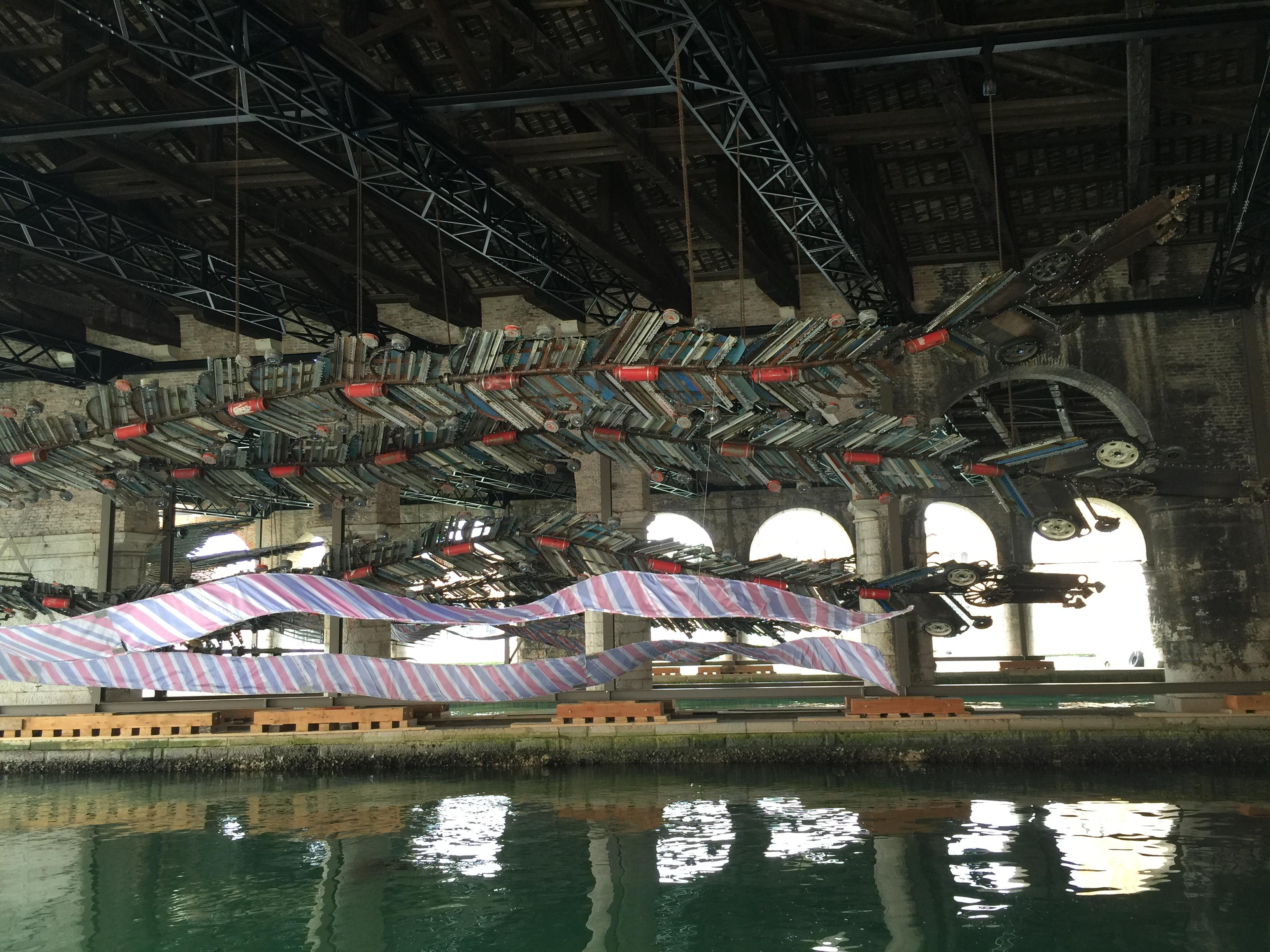 威尼斯双年展徐冰装置艺术《凤凰》