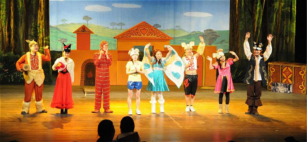 """儿童剧《小八腊子流浪记》 中福会儿艺日前透露,7月17日开幕的2015上海国际儿童戏剧展演,将采取少儿""""分龄""""观看的策略,让家长在买票之前就不仅明确基本剧情还知晓是否适合自己的宝宝。 """"分龄""""理念来自海外 儿艺院长蔡金萍透露,""""分龄""""的概念,""""取经""""于全球历史最悠久的丹麦国际儿童戏剧节。这一汇聚世界各国当年新创少儿剧目的戏剧节,会在节目单上,清晰地标注着适合几岁到几岁,或者""""几岁+""""的"""