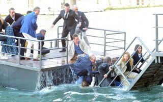 威尼斯码头断裂致艺术家集体落水