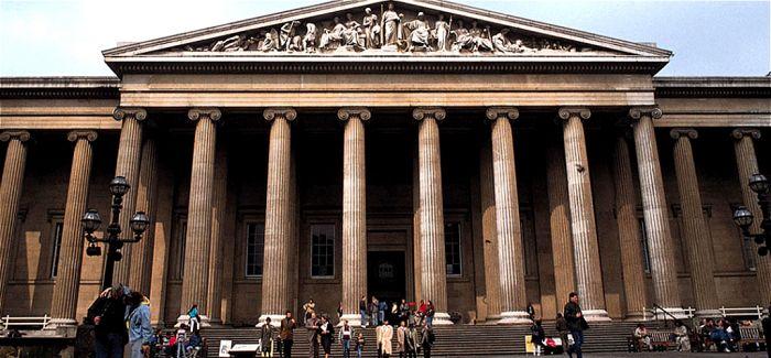 BP抗议者爬上大英博物馆悬挂抗议条幅 博物馆临时闭馆