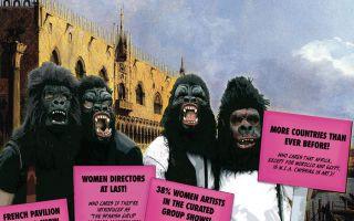女艺术家戴猩猩面具反对歧视