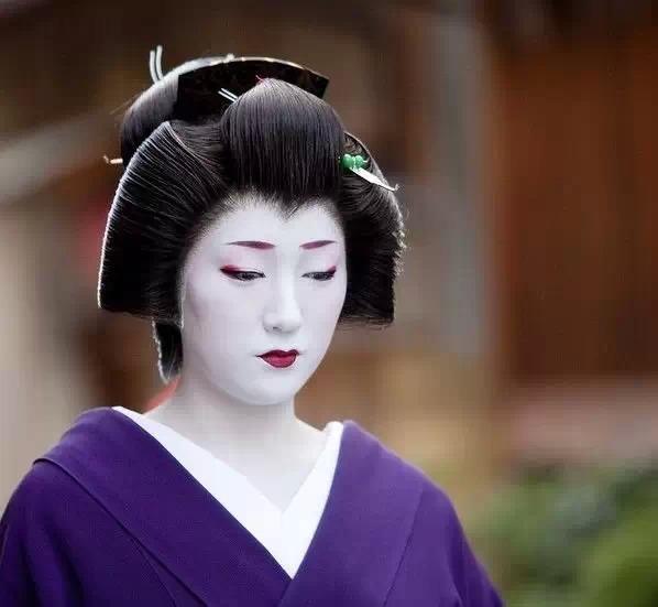 【揭秘】日本艺妓的脸为何这么白?穿多贵的衣服