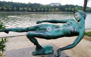 """郑州:女性雕塑长年被""""袭胸"""""""