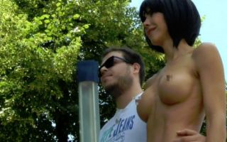 瑞士行为艺术家米洛莫蕾出新作 裸体与路人自拍