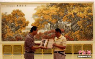 人民大会堂金色大厅中央位置更新画作《胡杨礼赞》