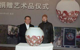 白明向中国人民保险集团捐赠艺术品《金彩绕红》