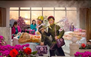 拼贴艺术:金正恩光彩照耀下的欢乐人民生活只是在画中