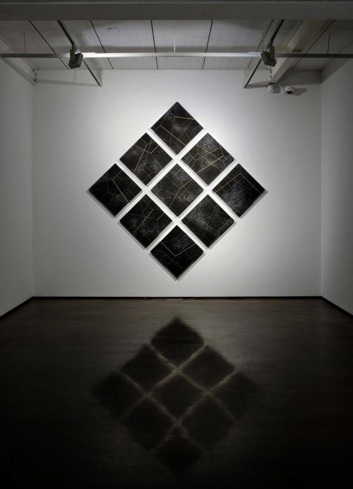 《月》, 2015 布面黑色石膏粉、丙烯、油画颜料, 235 x 235 厘米