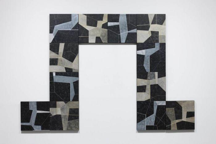 《唵》 , 2015 布面黑色石膏粉、丙烯、油画颜料, 360 x 240厘米 (各60 x 60厘米)