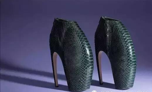 太空舞者:亚历山大麦昆限量太空蟒蛇皮高跟鞋