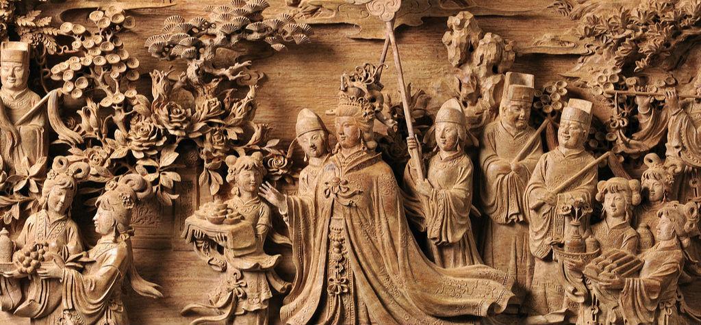 黄杨木雕艺术形式多样,目前主要包括传统黄杨木雕(圆雕)、黄杨根雕、黄杨劈雕和黄杨意雕。传统黄杨木雕主要艺术手法为圆雕,主要内容是雕刻人物形象,而且以单一的人物造型为着重点。圆雕艺术除了单一的人物造型外,还有群雕和拼雕的两种形式。群雕和拼雕均以人物群体活动为内容,甚至有一定的故事情节。传统圆雕对材料的要求较高,一般采用优质木料。黄杨根雕是以天然的黄杨木根块作为雕刻用材,强调对根块自然形体的充分利用,在保留黄杨木根块自然美的基础上展示雕塑之美。黄杨劈雕是用刀斧将黄杨木材或根材劈开,根据其劈纹的天然肌理进行立意