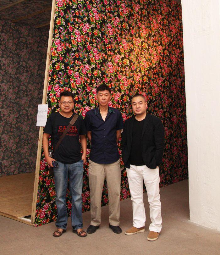 左起:策展人张海涛、艺术家张卓良、白盒子艺术馆馆长孙永增