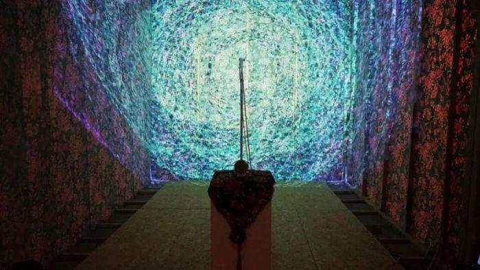 互动影像作品《中国佬的机会-多媒体模拟隧道》