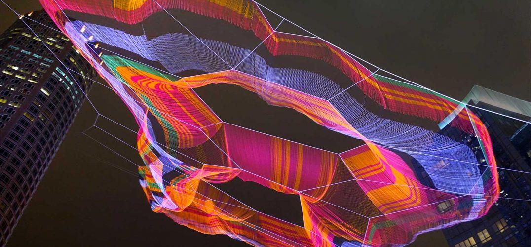 珍妮特·艾克曼的空中网状雕塑在波士顿上空形成了一朵七彩云