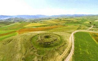 东天山木垒县发现2000年前大型古墓群 原貌保存较好