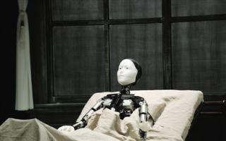 """舞台剧""""变形记"""":机器人演技是怎样修炼的?"""