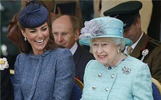 当女王和王妃同一画框时我们发现 女王是个珠宝控