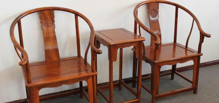 和其他仿古红木家具一样,皇宫圈椅的价格不菲,所以消费者在购买皇宫