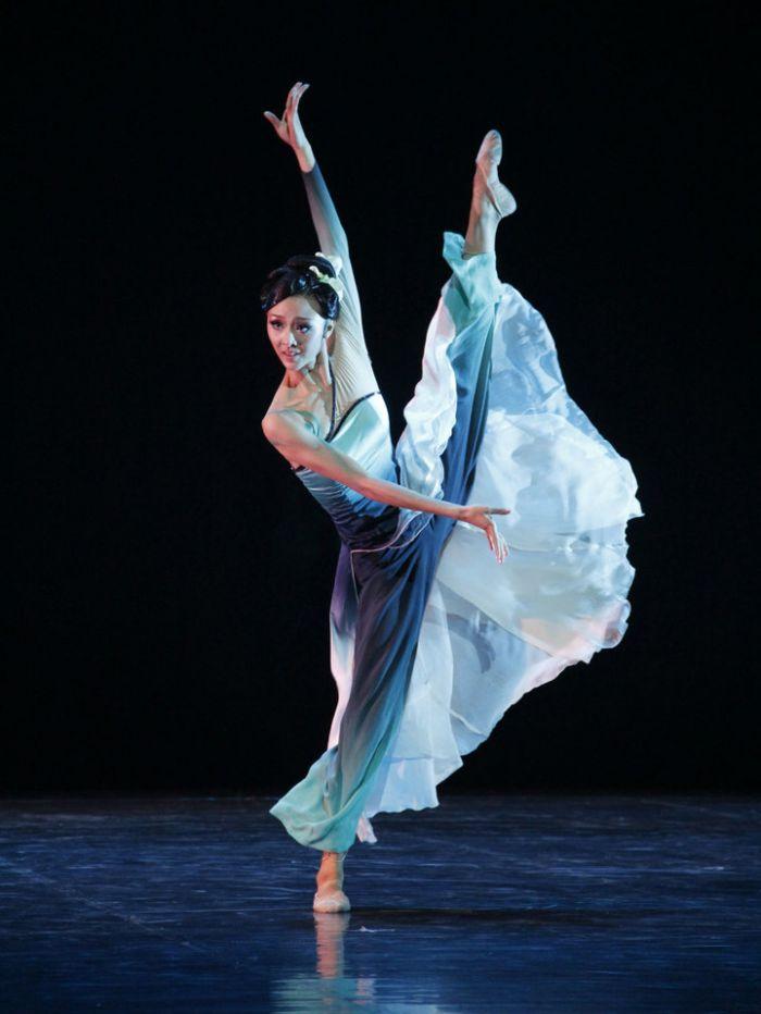 """古典舞作为我国舞蹈艺术中的一个类别,是在民族民间传统舞蹈的基础上,经过历代专业工作者提炼、整理、加工、创造,并经过较长期艺术实践的检验流传下来的具有一定典范意义的古典风格的特色舞蹈。但古典舞和民间舞之间存在着明显的差异。 【技巧要求不同】 古典舞要求技巧性更高,而且对演员的软度要求也更高。 民间舞由于舞种的不同,要求也不同,有的需要对器械有较强的控制力(如蒙古舞的顶碗),有的需要较好地把握身体姿态(如傣族舞的""""三道弯"""")。"""