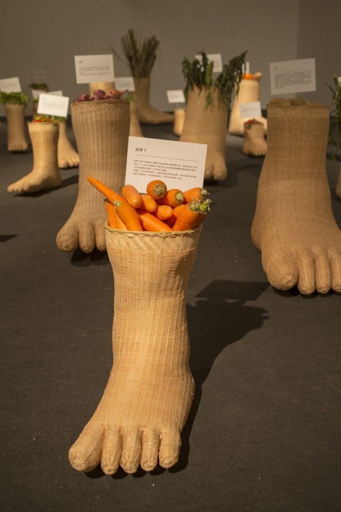 邱志杰,《植物殖民史》,竹子、土、各种蔬果植物所构成的装置,尺寸可变,2013
