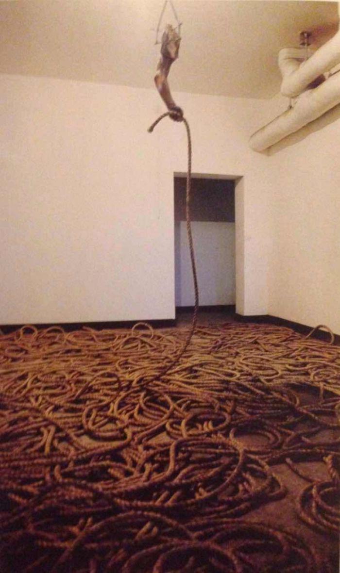 朱昱,《袖珍神学》,装置,84.5x27x22cm,1999