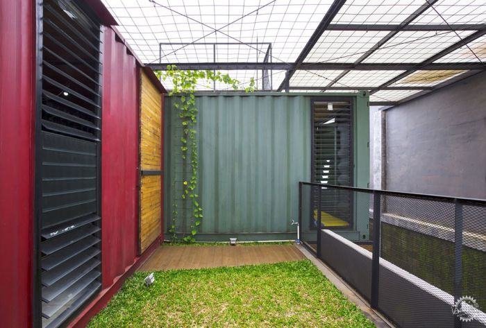 还有些是减少材料的方法,例如用抛光的混凝土,未完成的木家具,以及把