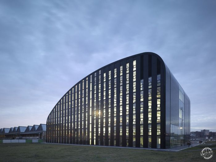 © cepezed  Léon van Woerkom 新布鲁塞尔环境部大楼获绿色评估优级并通过Passivbau(被动式建筑)认证。其建筑立面表层较小,且绝缘效果良好,一定程度上与外观三角玻璃的使用率有关。玻璃有强绝热性并结合了外部遮阳,以防在夏季被高温加热。立面上的独立通风设备同时也能阻挡夏季高温。少量机械通风和混凝土芯激活了连接地下地热泵的楼层,这也使得项目符合被动式建筑标准。中庭在安装理念中扮演重要角色,一部分是由于其收集的热能被再利用,同时也为建筑的通透性贡献卓著。建筑