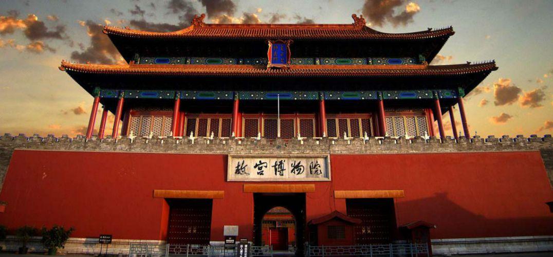"""故宫日历 """"如今故宫的文创产品有7000多种,今年上半年文创产品销售额突破7亿元,已超过去年全年销售总和。""""昨天,在第三届北京惠民文化消费季举办的文创研讨会上,故宫博物院院长单霁翔不仅透露了""""商业秘密"""",还就文创衍生品开发,与大家分享了经验。    说起故宫的宝贝,单霁翔了如指掌。他说,故宫的古建筑群拥有9110个房间,文物藏品1807558件,这个庞大的文化宝库,正在经过文化创意产业的发酵,以一种可爱可亲的方式走进人们的生活。单霁翔举了一下手,他手中所持"""
