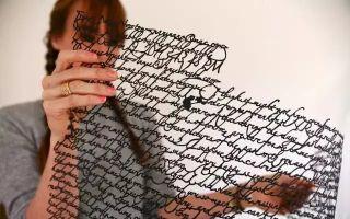 这不是剪纸 而是在用纸和刀书写生命