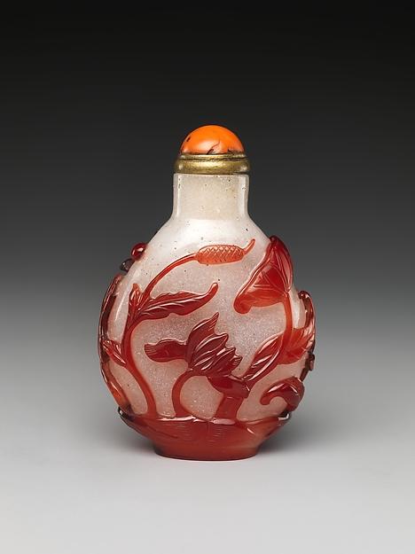套料玻璃鼻烟壶,清代,现藏于美国大都会博物馆,benjamin altman捐赠.
