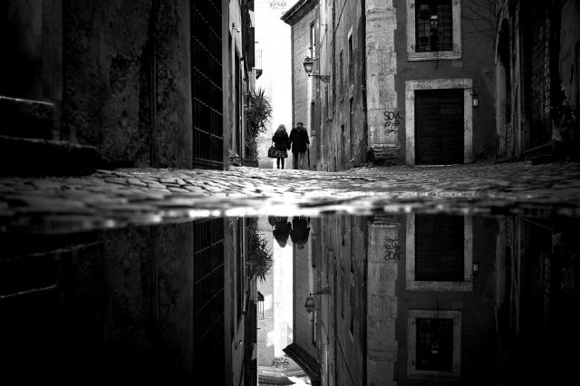 街头摄影千千万 那一抹黑白最是抢眼