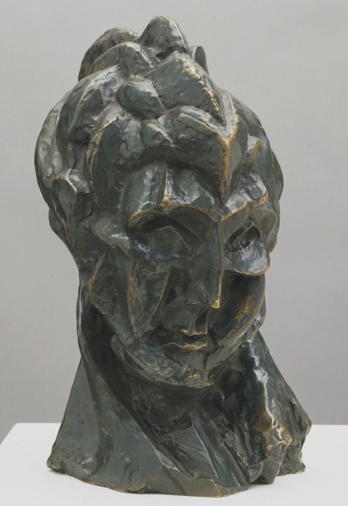 巴勃罗毕加索一直以绘画大师而闻名,但作为雕塑家的毕加索却鲜有人知。1965年,当毕加索为芝加哥市政中心前的广场设计城市雕塑时,他做雕塑已经有60多年了,一直用一种自学者的自由来探索着这一媒介。无论是爱人费尔南德还是玛丽-特海斯,无论是吉他还是斗牛,这些频繁出现在毕加索画作中的主题同样成为他雕塑的灵感。 从9月14日开始至明年2月,MOMA 将展出来自各大国际性机构与私人收藏的毕加索所作的150余件雕塑作品,这是自1966年的巴黎大皇宫里程碑式的展览致敬毕加索后,在美国的首次毕加索雕塑大展。 在观