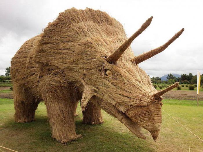果然丰收的季节来了:日本艺术家用秸秆做成巨型雕塑