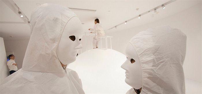 """艺术家打造""""忏悔屋"""" 体验者戴白色面具写忏悔信"""