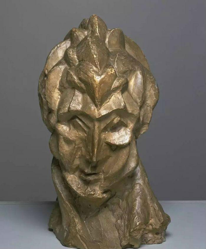 以费尔南德形象所塑的这座雕塑是毕加索在1909年秋天于巴黎创作的作品 最初以粘土捏塑后被铸成了青铜作品 《妇女头像》以立体主义的原则和非洲民间木雕的几何化手法 将人物的五官组构成交织的几何形体 是依据毕加索立体主义造型理论探索出的雕塑作品  多热的爱恋都有清醒的时刻 费尔南德水性杨花、火气大、花钱冲得很 毕加索开始意识到 自己已经被费尔南德改变的油头粉面不像话了 于是有了以下这样的费尔南德画像 扭曲开始出现在毕加索的画风里
