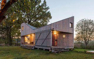 波西米亚乡野中的低能耗木屋