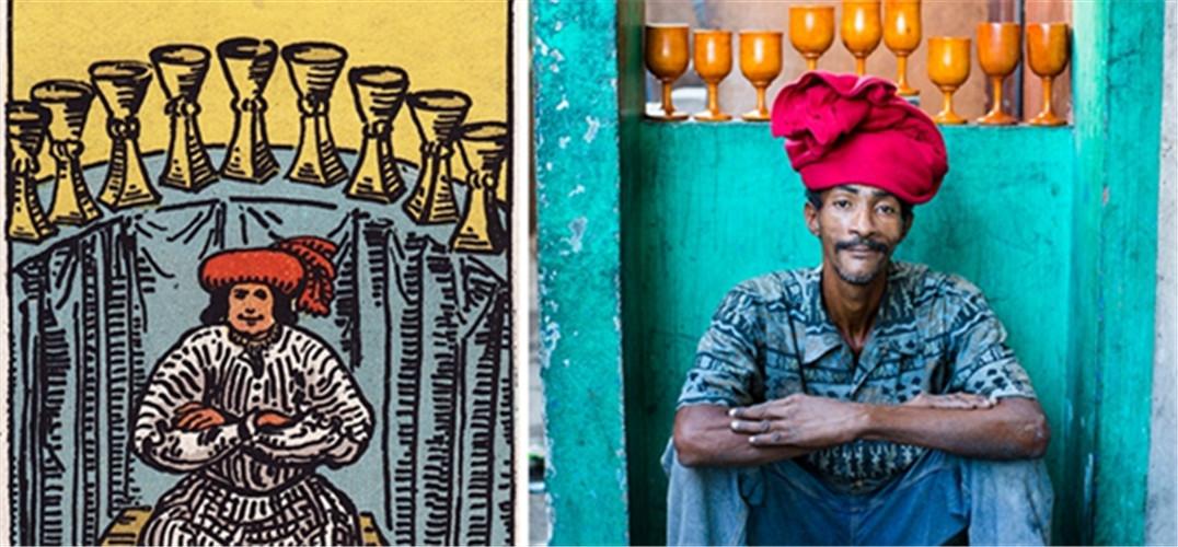 """圣杯九 Alice Smeets在海地将塔罗牌里的情景变成了现实。 从18世纪晚期开始,塔罗牌就被神秘学人士用于占卜,寻求心理和精神上的答案。伟特牌(rider-waite deck)是1909年由艺术家pamela colman smith发明设计的,它是最广为人知的描绘超自然场景的牌类之一。受smith牌上的画的影响,比利时摄影师alice smeets试图在现实中重现牌上的情景,利用海地这座城市、废弃的材料以及当地的社区作为背景,来实现他的愿望。  宝剑9  权杖王后 """"贫民区的塔罗牌"""