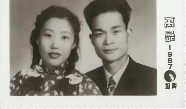 △ 徐冰父母的结婚照,摄于重庆。1951年5月