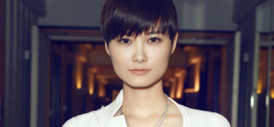 """一个全新的时尚群体开始出现在时装秀前排,这些来自韩国、日本和中国的明星艺人以网络新媒体为工具,改变了""""酷""""的内涵和向全球受众传递这一概念的方式,时尚界和娱乐圈的内在联系亦是愈发错综复杂。 日本东京——拥有一头迷人蓝发与骨感身材的Mademoiselle Yulia,完全有资格行事大胆。这位日本DJ通过音乐横扫东京酒吧圈,在精心调制自己的声乐作品的同时,学习如何造型,好让喜新厌旧的下班人士眼前一亮。  Mademoiselle Yulia  摄影: Young"""