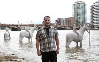 退潮才出现 英国泰晤士河的四位骑士