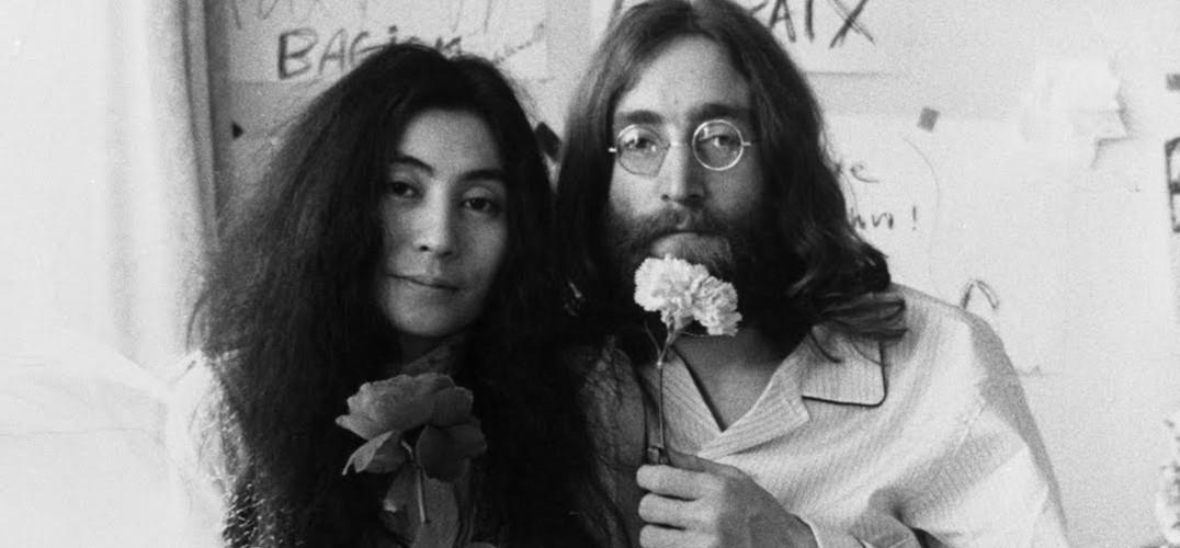 10月9日是披头士乐队成员约翰·列侬的生日,他与妻子小野洋子的艺术情缘一直为大众津津乐道。借约翰·列侬生日之际,让我们来看看他与日裔美籍音乐家、先锋艺术家小野洋子那些令人怀念的艺术往事。  这张裸照是他们著名的照片,是摄影家博维茨为《滚石》杂志拍的,拍完这张照片几小时以后,列侬就被枪杀了。 约翰·列侬(1940年10月9日——1980年12月8日),英国摇滚音乐家、创作歌手、作家与积极的和平运动家,以身为披头士乐队创团团员扬名全球。他的妻子