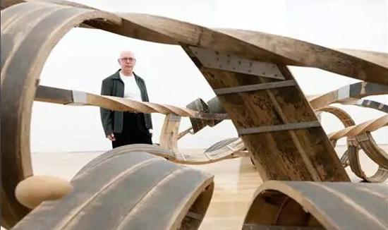 理查德·迪肯(Richard Deacon) 特纳奖得主、英国雕塑家理查德·迪肯(Richard Deacon)将应邀来华交流,首站设在中央美术学院。10月13日至10月14日,迪肯将在中央美术学院举办两场系列讲座,畅谈英国艺术的历史与现状。 理查德·迪肯是英国重要当代雕塑家,去年刚刚在英国泰特美术馆举办个人回顾展。他代表性的开放结构雕塑曾出现在世界各地的公共空间中,以颇具诗意的形式感和革新性的材料运用给观者留下了深刻的印象。迪肯曾于1987年获得了西方世界最重