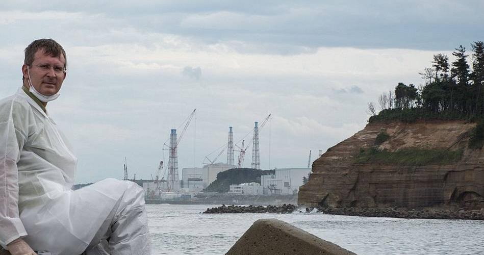 发生于2011年3月11日的日本福岛核电站核泄漏事故被认为是自1986年乌克兰切尔克贝利核泄漏以来最严重的核灾难。在核泄漏发生之后,日本当局划设了长12.5英里的禁区,禁区内16万名居民被迫搬离家园。如今,4年零7个月已经过去,禁区内原先人类活动的印迹俨然已被大自然覆盖,成为一片荒原。图为这片杂草丛生的地方曾是繁忙的公路,灾民们在逃难的过程中弃车而去。 最近一组拍摄于日本福岛的照片向世人展示了被遗忘了4年之久的核禁区,在这片被污染的土地上,植物覆盖了被遗弃的家园。原先生机勃勃的村庄现在已成为只有在电影里才