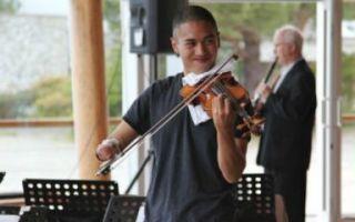 殷兆基:没人规定小提琴一定要用手拉弓