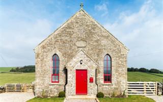 一个哥特式教堂改造而成的现代度假屋