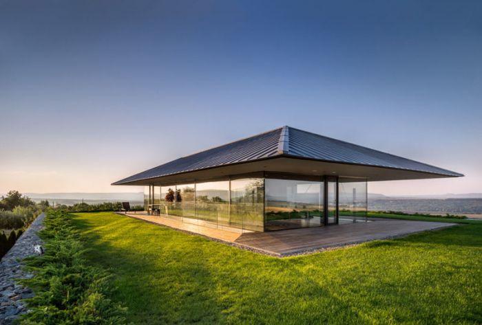 三角形的大屋顶在玻璃外墙和纤细的钢框架下