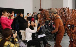 舞台剧《战马》邀中小学戏剧教师走进幕后体验剧场实践
