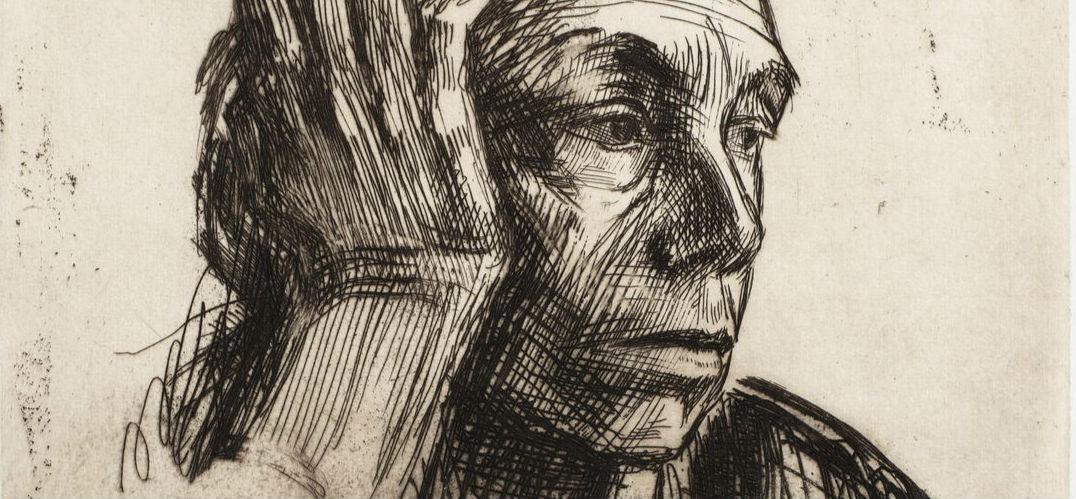 """凯绥·珂勒惠支 在当代中国,以版画作品为主要内容的展览并不常引起人们的关注,但毫无疑问,正在展出的""""黑白的力量——凯绥·珂勒惠支经典作品展""""是个例外。这位二十世纪初德国女性版画家对中国现代艺术的影响,非止于图像和风格的模仿,而是内化成了气质、融合进了血液的。在一个视觉图像发达的时代,珂勒惠支笔下的黑白世界并没有丧失强大的艺术感染力,这固然源自扎实精湛的表现技巧,但技艺之上,似乎更有一些人格与精神的魅力,使她能够超越时代攫住人们内"""