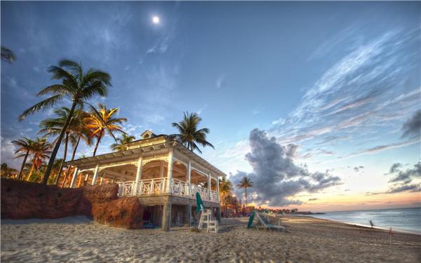 """巴哈马群岛天堂岛 好莱坞007系列电影《皇家赌场》中迷人的白色沙滩的绝世风光皇家赌场就来这片""""御用""""拍摄地,詹姆斯·邦德也成为了岛上的常客。约翰尼德普拍摄完《加勒比海盗1、2》后移居到这迷人的岛屿。魔术大师大卫科波菲尔买下个中小岛建立了顶级豪华私人俱乐部。当年查尔斯王子和黛安娜王妃新婚时,也选在巴哈马渡蜜月。"""